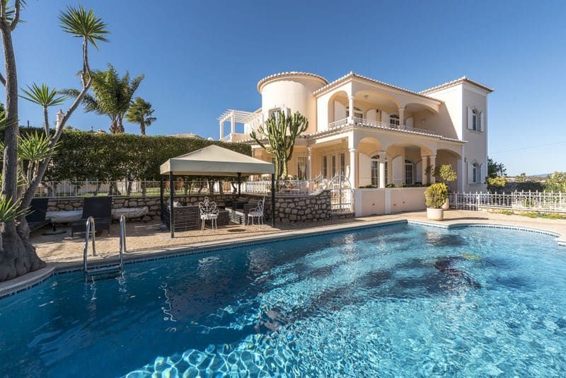 4 Bedrooms Villa in Atalaia